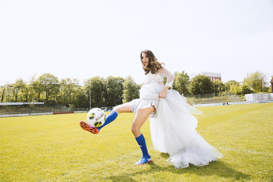 Fußball schießen Tor spielerfrau Stadion Halbzeit ball lilli Hollunder