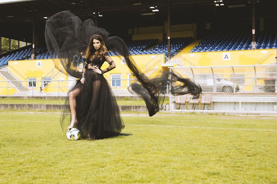 spielerfrau Fußballplatz dramatisches Kleid lilli Hollunder